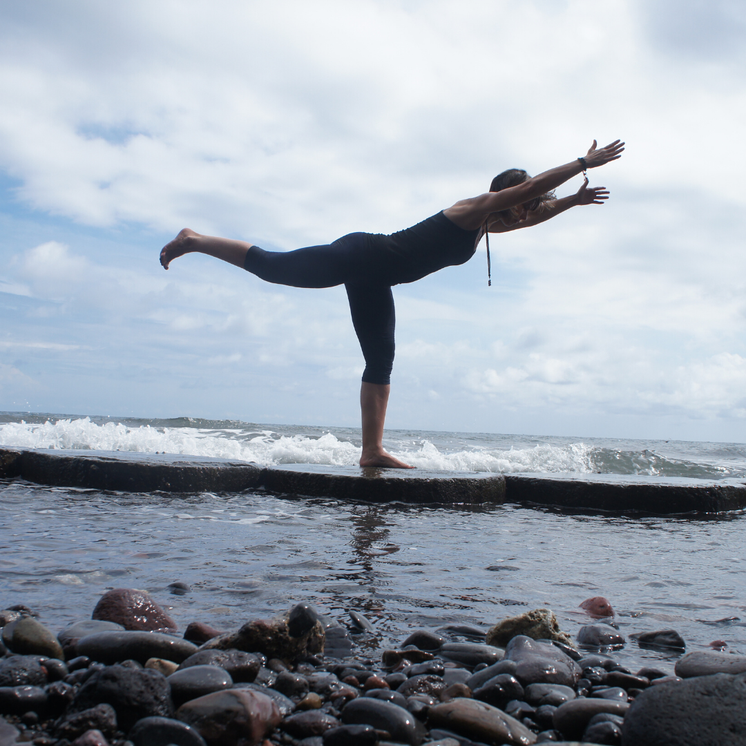 Janine Gruner am Meer in Yogapose