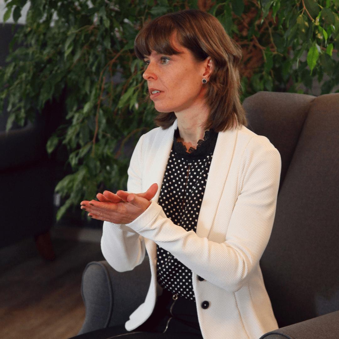 Janine Gruner sitzend im Gespräch
