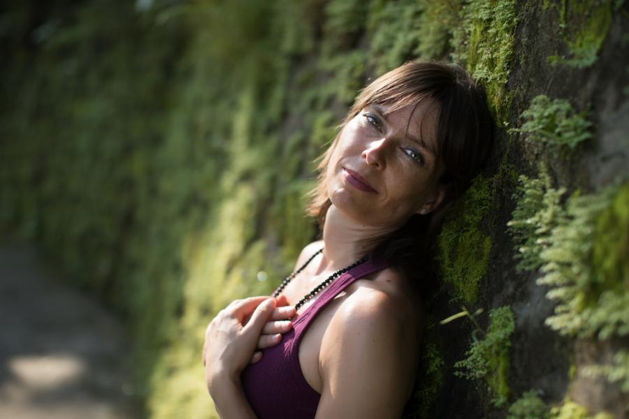 Janine Gruner auf Herz zeigend